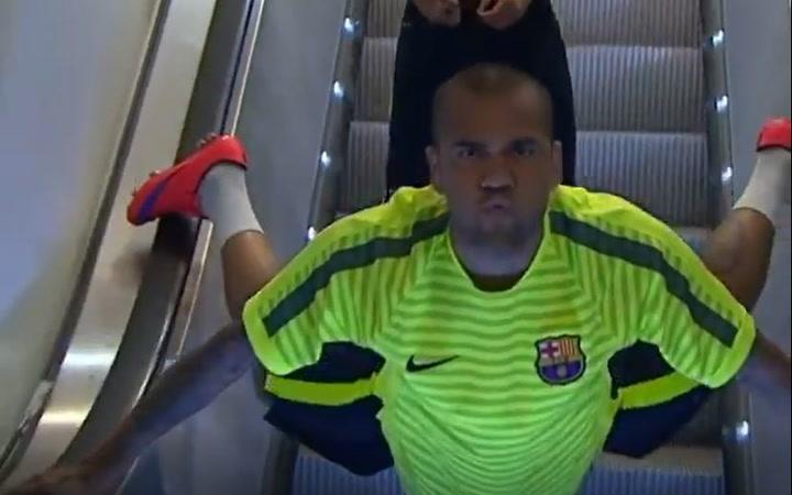 Se viraliza la manera de bajar las escaleras de Dani Alves