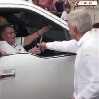 López Obrador saluda a madre de El Chapo en Sinaloa