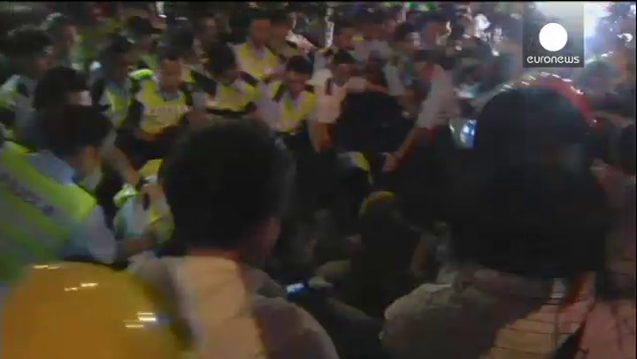 Video: Betogers Hongkong slaags met politie