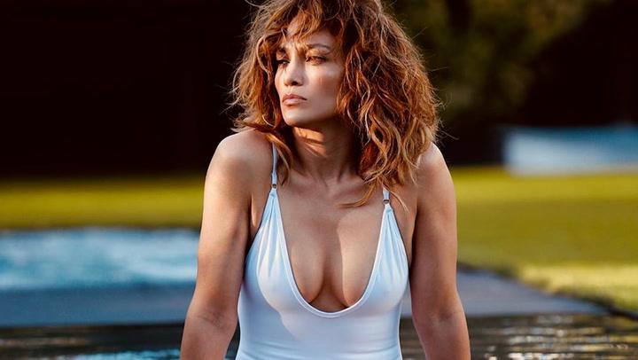 El impresionante posado de Jennifer López en bikini a sus 51 años