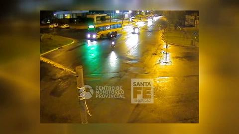 Un video muestra cómo un auto embiste violentamente a un colectivo