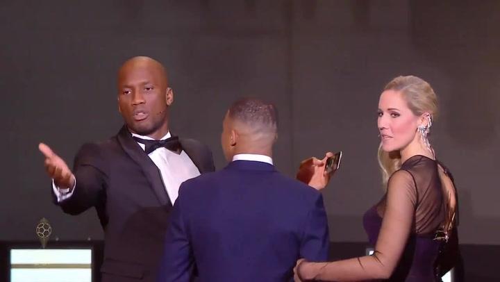 Drogba y Mbappé hicieron un 'selfie' con el público en la gala del Balón de Oro