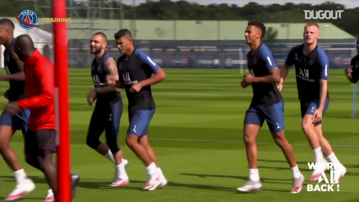 Paris Saint-Germain faz treino específico para defensores