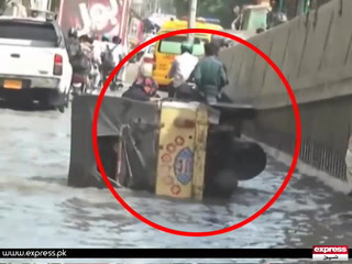 کراچی ، جناح اسپتال کے باہر مریضہ کو لانے والارکشہ گندے پانی میں الٹ گیا