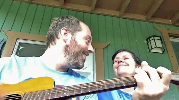 Magisk øyeblikk: Joe synger for sin demente mor