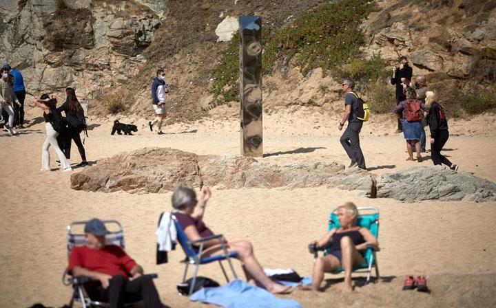 Aparece un monolito metálico parecido al de Utah en una playa de Costa Brava