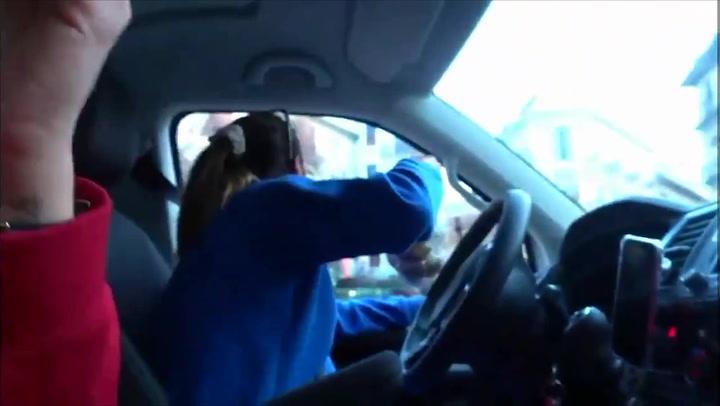 Polémica por un vídeo de dos youtubers lanzando comida a gente sin techo desde su coche