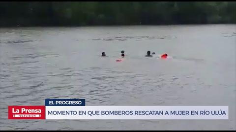 Momento en que bomberos rescatan a mujer en el río Ulúa
