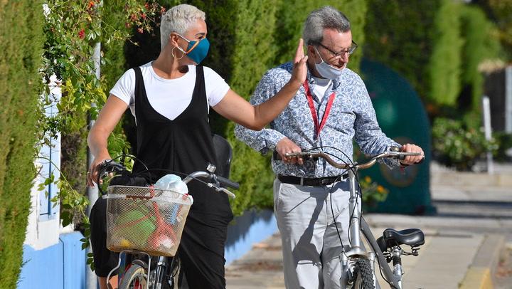 Ana María Aldón disfruta de un romántico paseo en bicicleta junto a su marido