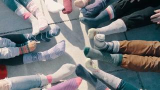 Derfor går mange med to ulike sokker i dag
