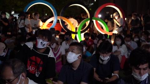 Multitudes a favor y en contra de los JJOO fuera del estadio de Tokio