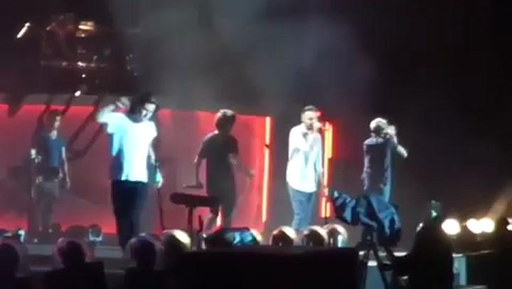 One Direction, Harry Styles cade sul palco e il video fa il giro della rete