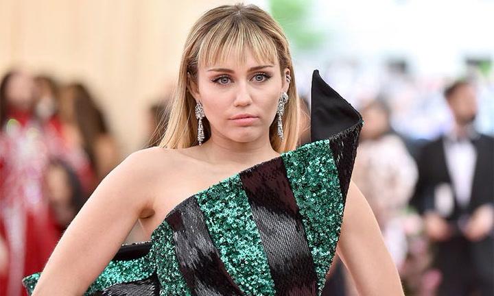 Miley Cyrus estalla tras ser fotografiada besando a Cody Simpson