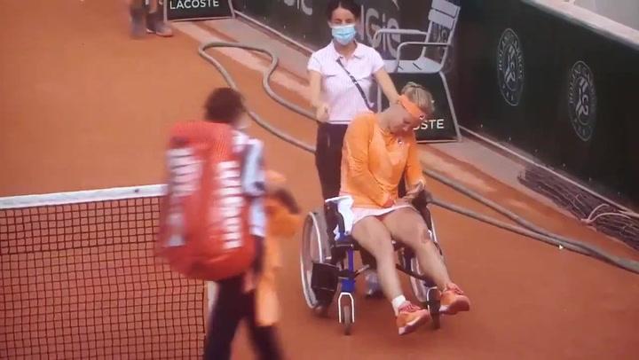Bertens sale en silla de ruedas e insultada tras ganar a Errani