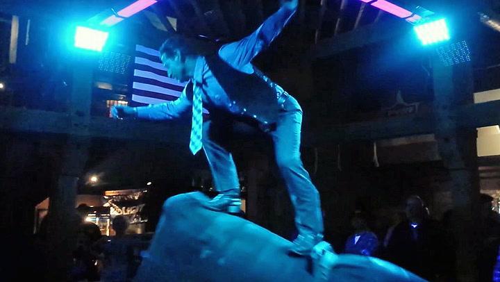Cowboy temmer dansefoten på mekanisk okse