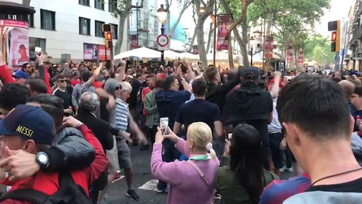 La afición del Liverpool toma las calles de Barcelona