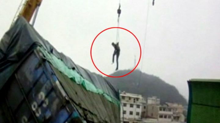 Mann reddet ut av lastebil på stupet