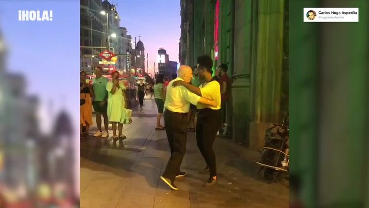 ¡Qué marcha! El divertido vídeo del abuelo bailarín en la Gran Vía de Madrid del que todo el mundo habla