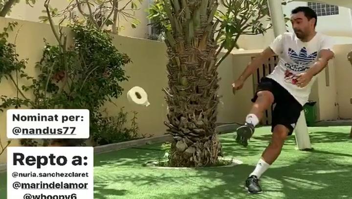 Xavi reta a Messi y Busi en el reto de 10 toques con papel de WC