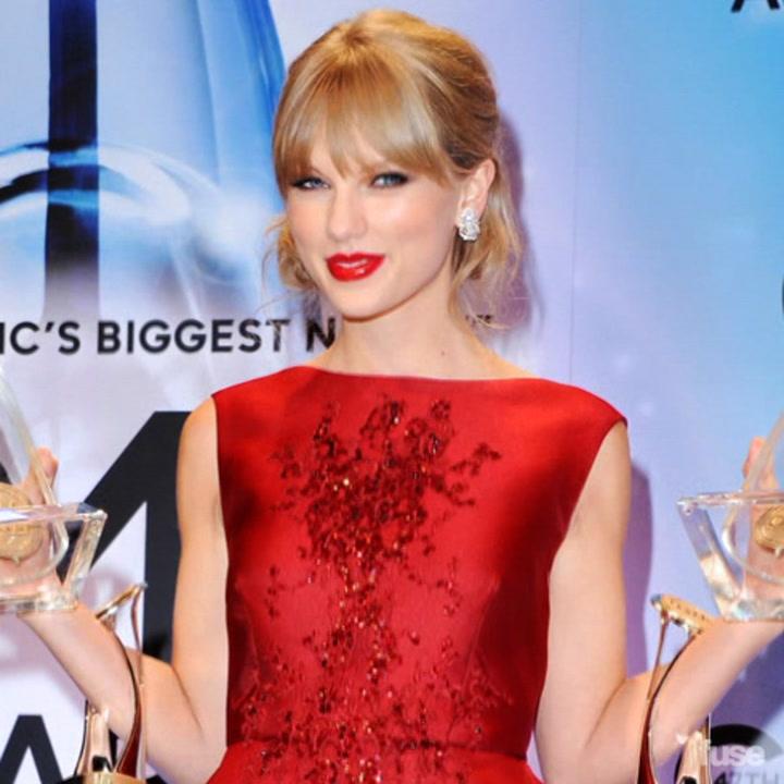 """Taylor Swift Wins """"Pinnacle Award"""" at the CMA Awards"""