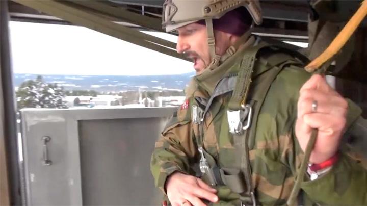 Kronprins Haakon er blitt militær fallskjermhopper