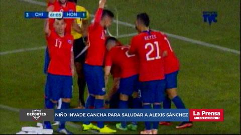 Niño invade cancha para saludar a Alexis Sánchez