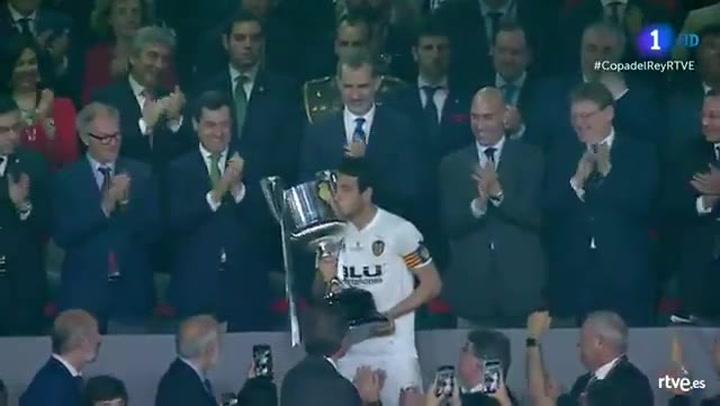 Copa del Rey: Barça-Valencia. Parejo levanta el trofeo de la Copa del Rey