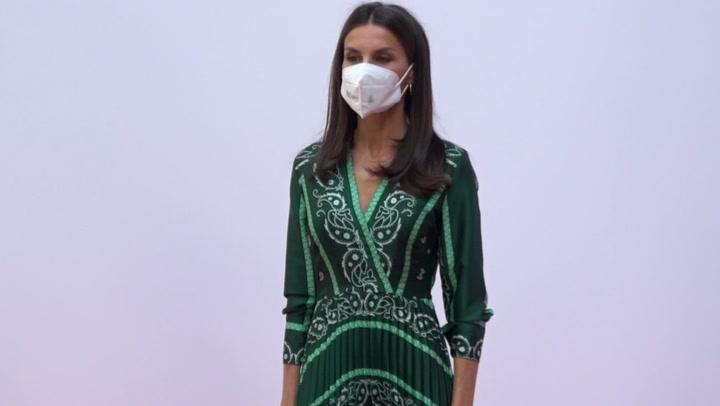 ¡Su preferido! Doña Letizia repite por sexta vez el vestido viral de estampado pañuelo