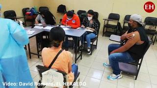 Capitalinos acuden al Instituto Técnico Luis Bográn para vacunarse contra el covid-19