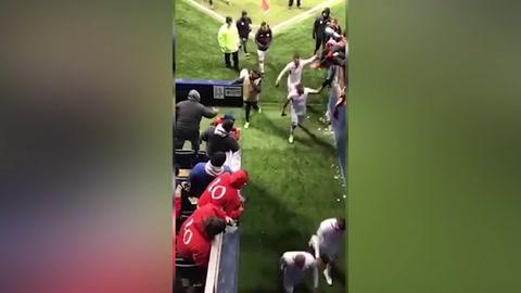 Aficionados del Toluca se caen de las gradas en estadio del Kansas City