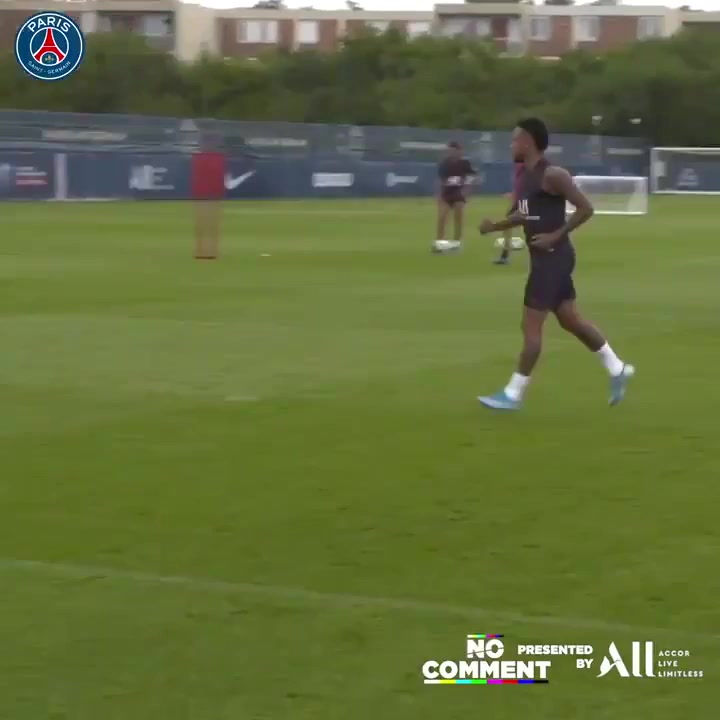 Neymar entrenando, a la espera de acontecimientos