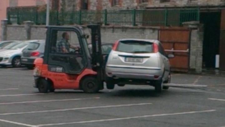 Sinte arbeidere flyttet feilparkert bil med truck