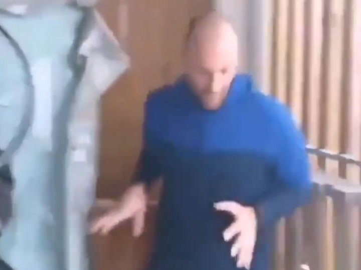 Un corredor hace una maratón en el balcón de su casa por el covid-19