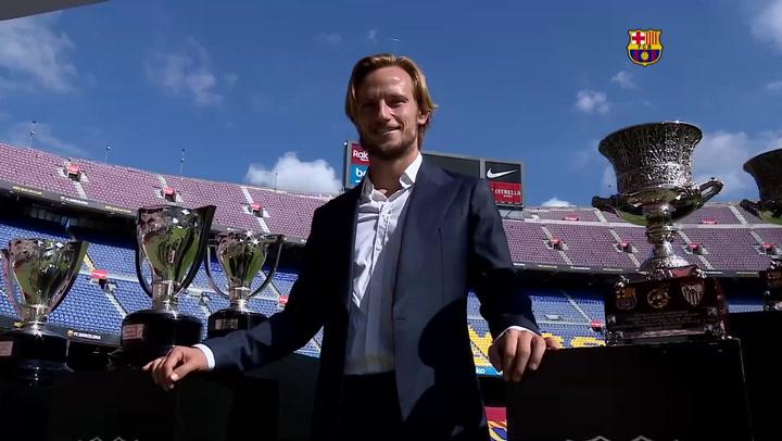Rakitic se despide del Barça posando junto a todos los trofeos que ha conquistado con el club