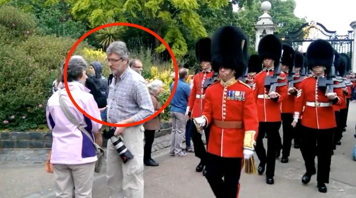 Uheldig turist gjort til latter av Dronningens garde