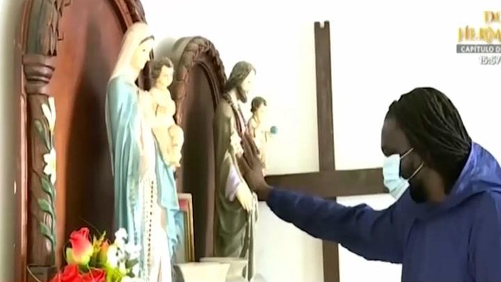 Sacerdote extranjero lleva oxígeno medicinal a vecinos de Punta Negra contagiados de coronavirus