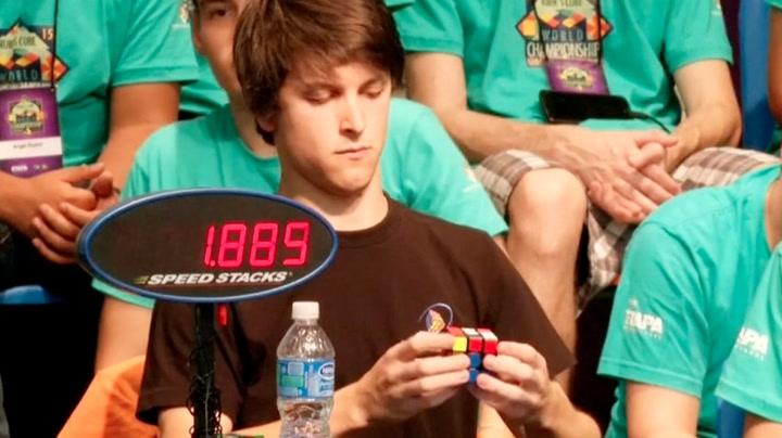 Så raskt løser verdensmesteren Rubiks kube