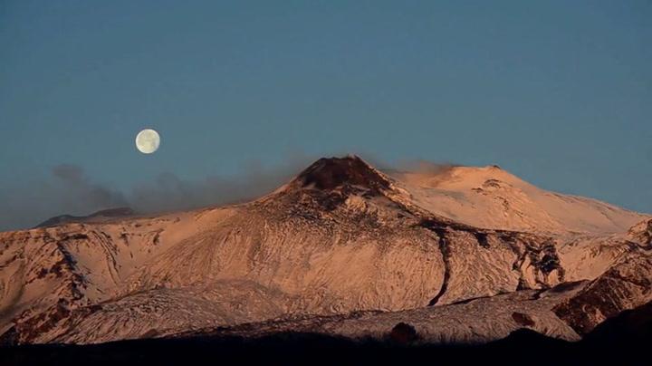 Månen «slukes» av vulkanen