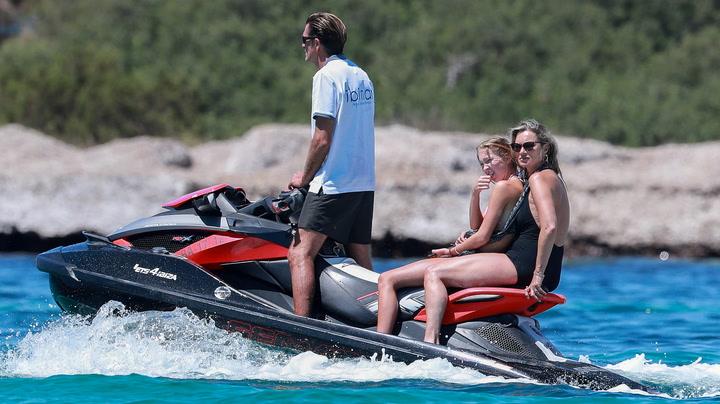 Kate Moss y su hija Lila Grace: día de yate, motos de agua y playas desiertas en Baleares