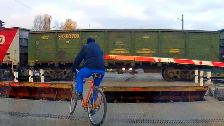 «Hodeløs» syklist tar en råsjanse over jernbaneovergangen
