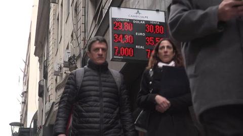 Peso argentino cae ante el dólar, pierde casi 10% en 15 días