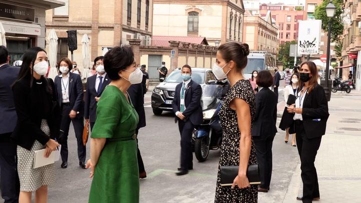 La reina Letizia y la primera dama surcoreana visitan la ONCE y se animan a probar suerte ¡comprando un cupón!