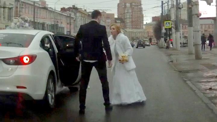 Nygift par kranglet midt i trafikken