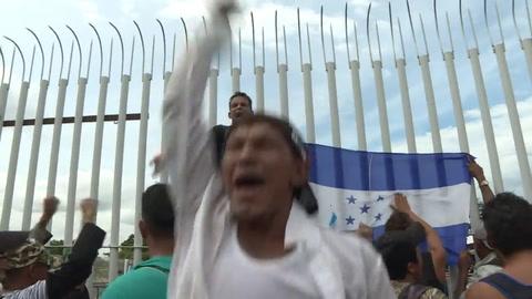 Migrantes hondureños comienzan a cruzar hacia México