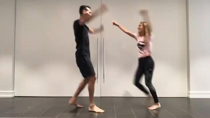 Elena Galera y Sergio Busquets responden al reto de dar toques con papel higiénico