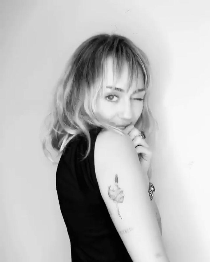 Miley Cyrus muestra su nuevo tatuaje