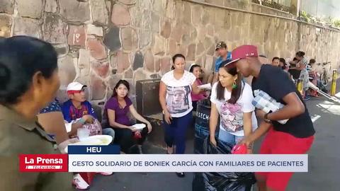 Gesto solidario de Boniek García con familiares de pacientes del Materno Infantil