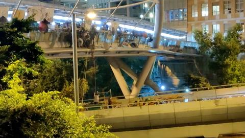 Manifestantes escapan de asedio policial en universidad de Hong Kong