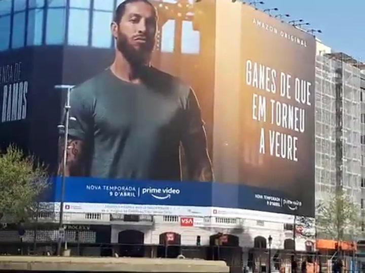 Sergio Ramos promociona la serie de Amazon Prime con una pancarta gigante en el centro de Barcelona