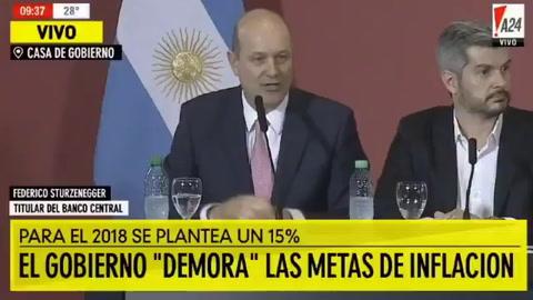 Los argentinos tienen que pensar en pesos,  pidió Sturzenegger